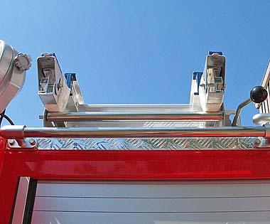 ローラー引出し式梯子取り付け装置