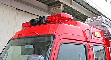 FRP製ハイルーフトップ。多種多様な機能の 赤色警光灯と組み合わせる事が出来るよう にセパレート式を採用しています。