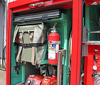 資機材スペース上部には ホースブリッジ、ホース背負い器、消火器を搭載。