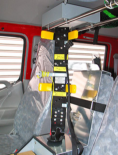 運転席と隊長席の間に設けられた 空気呼吸器取り付け装置