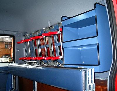 引上げ式背もたれ及び後部機材ボックス
